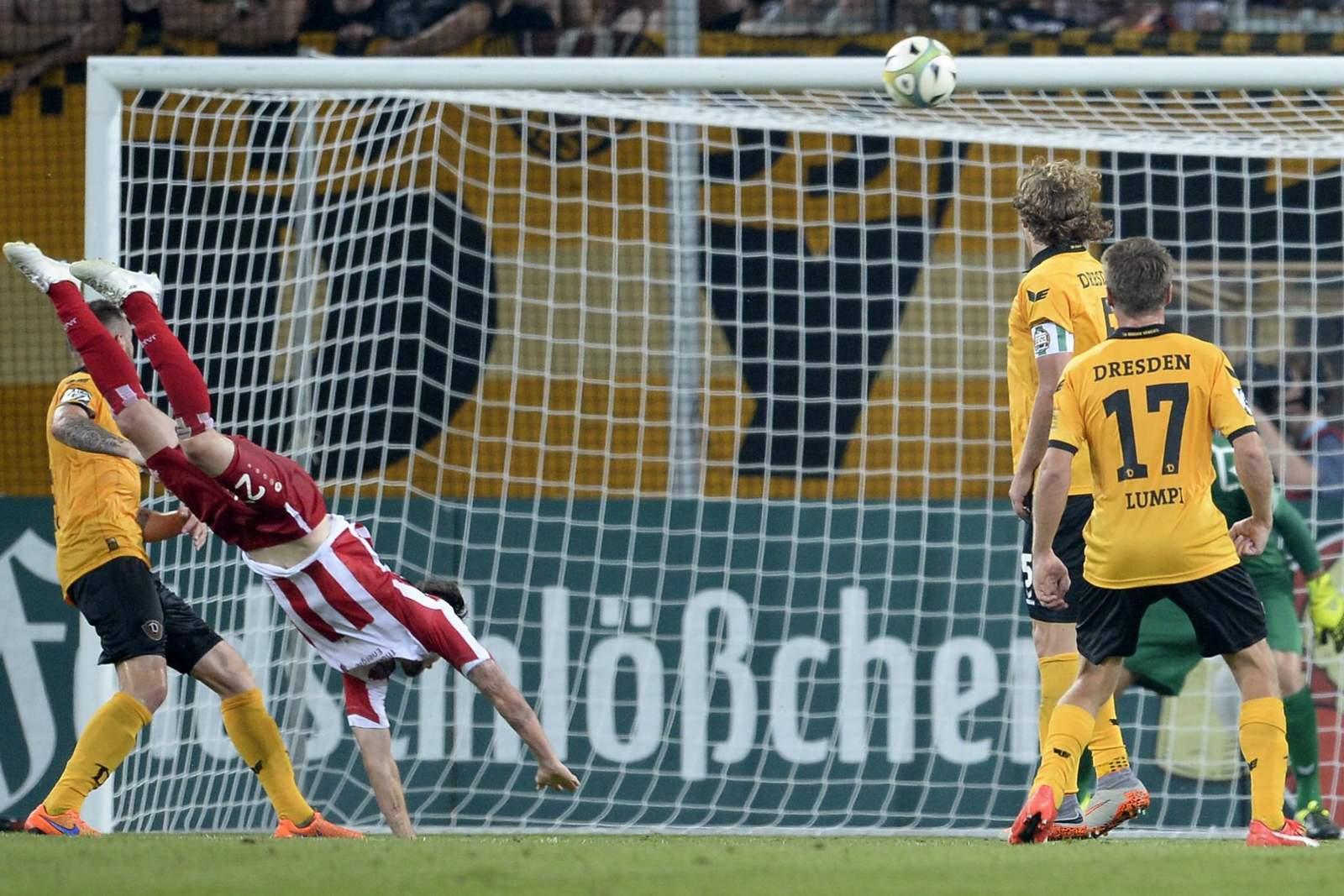 Carsten Kammlott erzielt Skorpion Tor für Rot-Weiß Erfurt gegen Dynamo Dresden