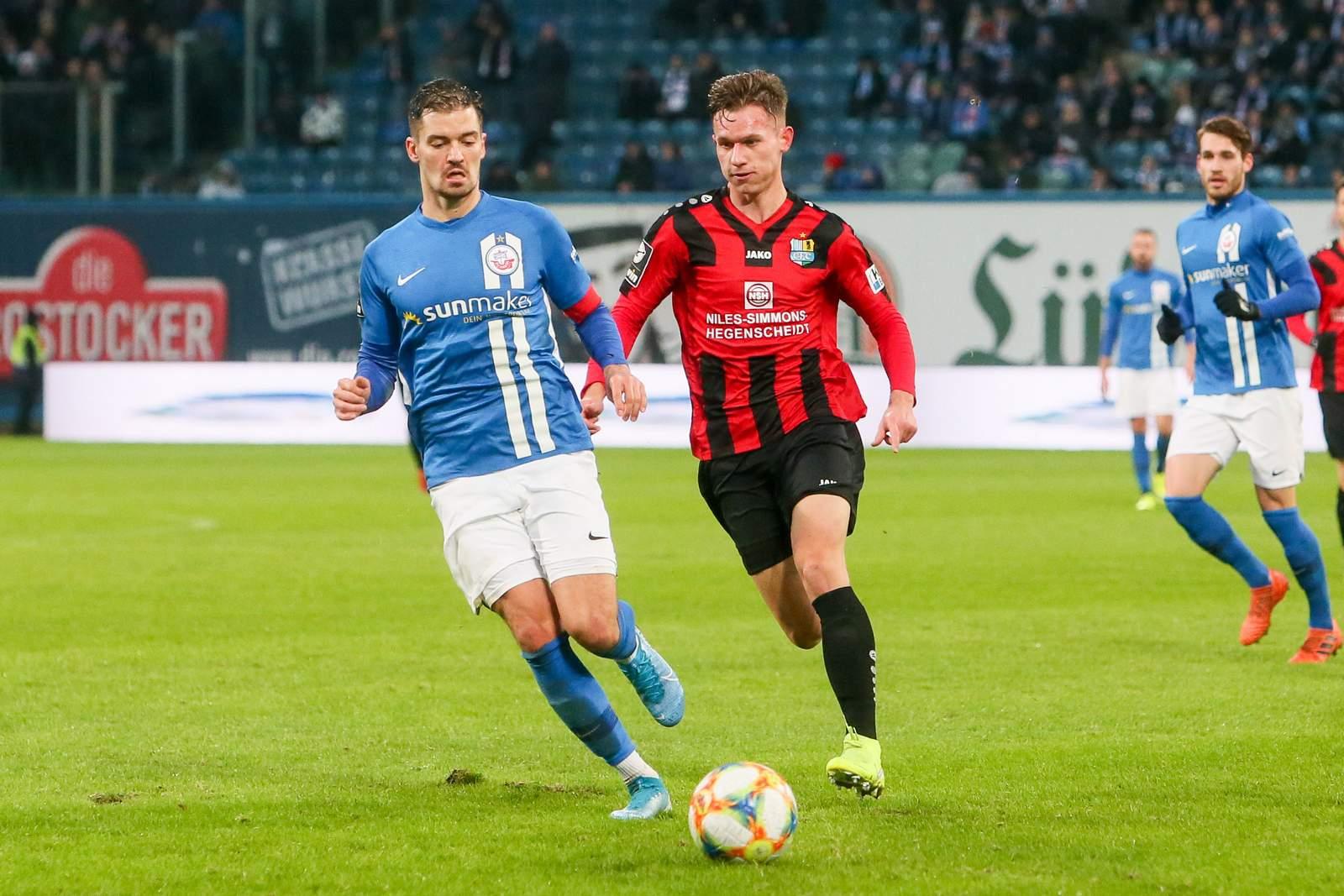 Erik Tallig vom Chemnitzer FC gegen Julian Riedel von Hansa Rostock