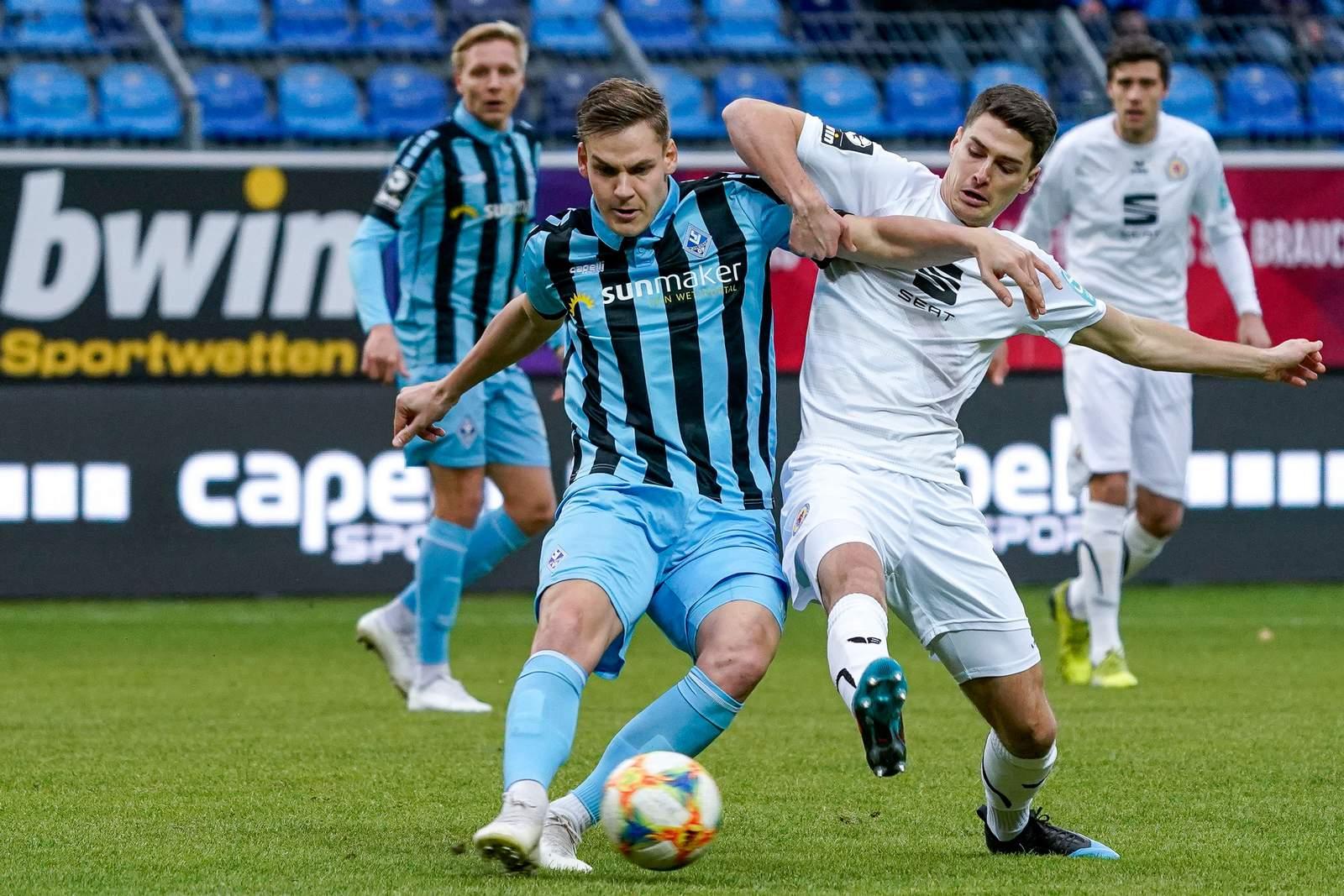 Max Christiansen von Waldhof Mannheim gegen Danilo Wiebe von Eintracht Braunschweig