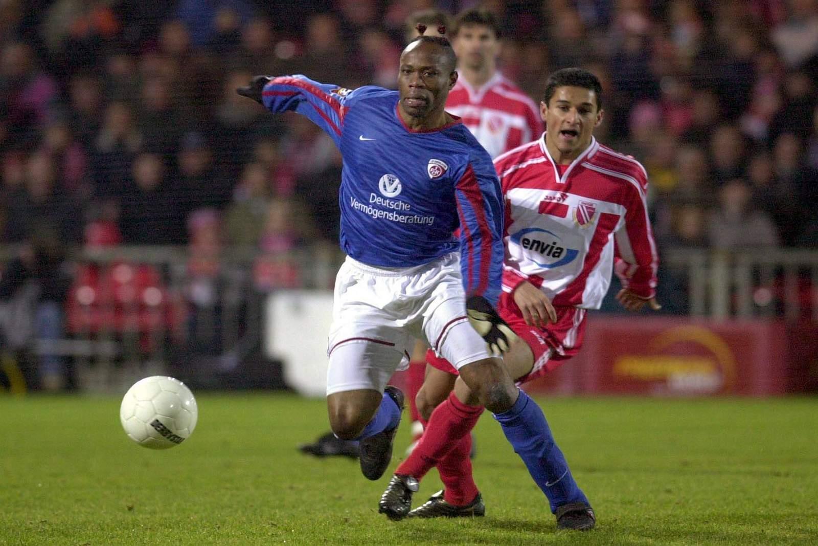 Taribo West (v.) im Spiel gegen Energie Cottbus.