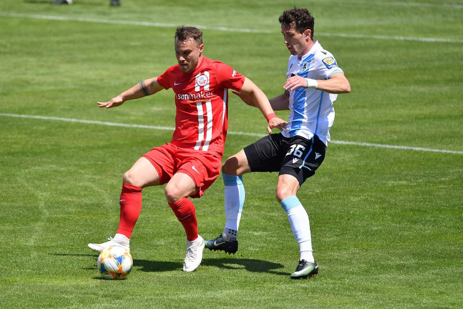Hansas Nico Granatowski gegen Münchens Philipp Steinhart.