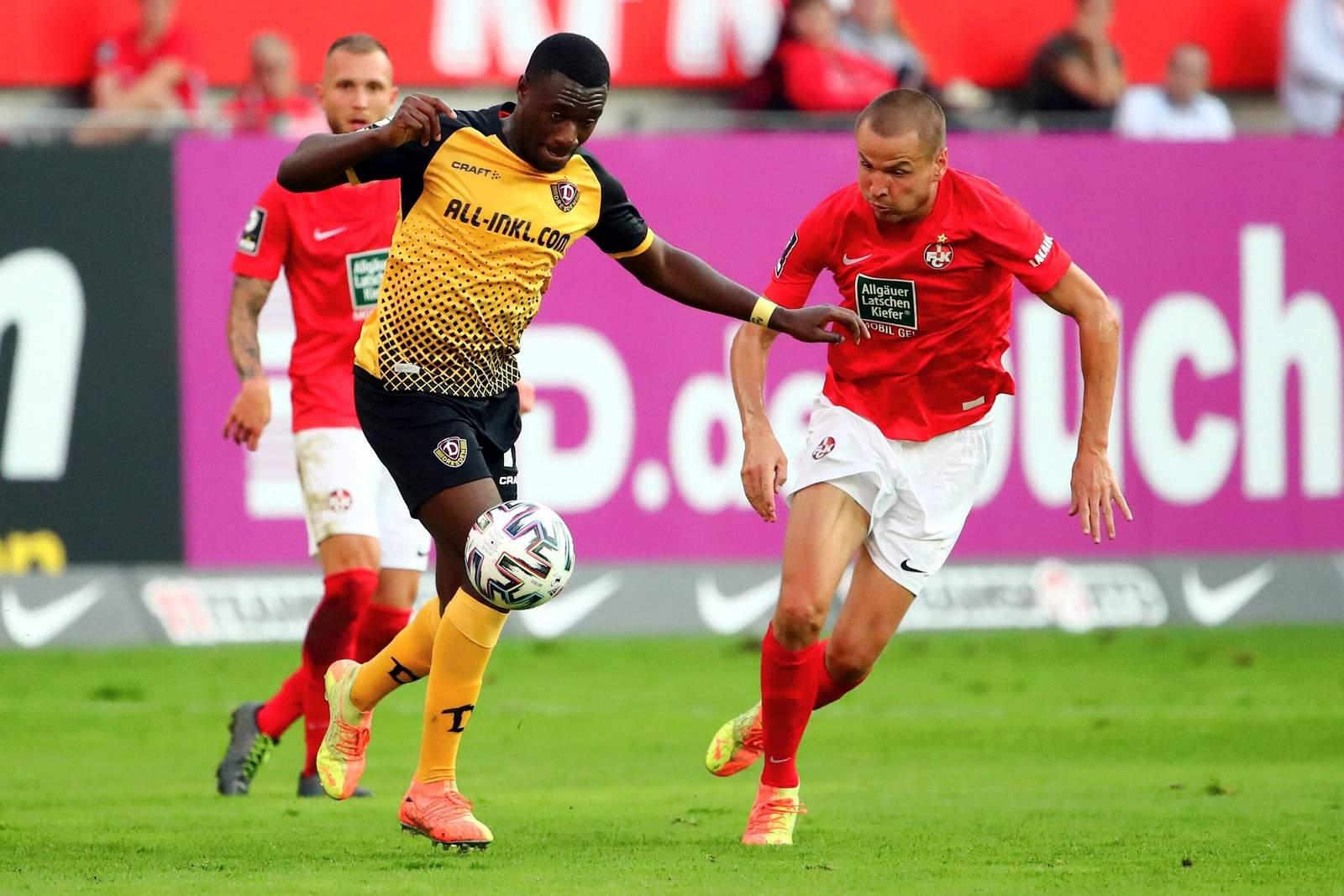Adam Hlousek vom FCK gegen Agymenang Diawusie von Dynamo Dresden