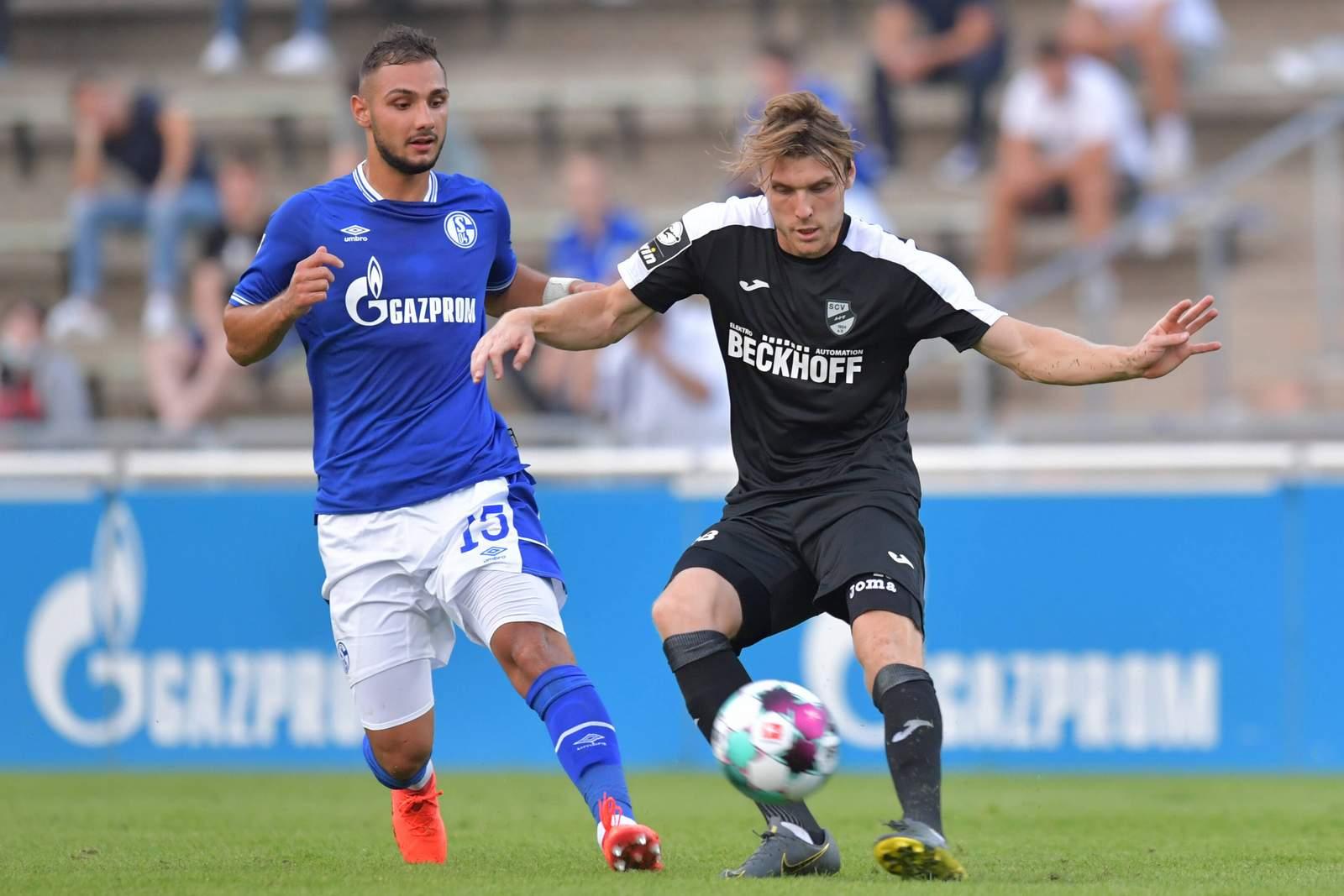 Leander Siemann vom SC Verl gegen Ahmed Kutucu von Schalke 04