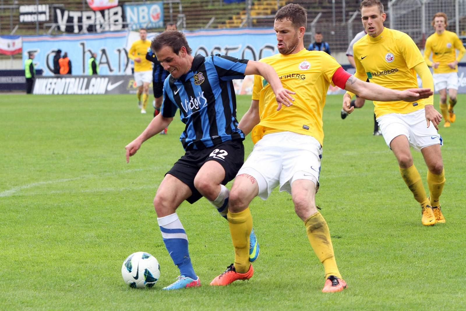 Manuel Stiefler vom 1. FC Saarbrücken gegen Matthias Holst von Hansa Rostock