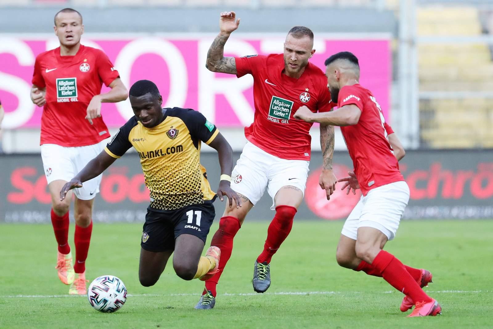 Tim Rieder (2.v.r.) beim Liga-Auftakt gegen Dynamo Dresden.