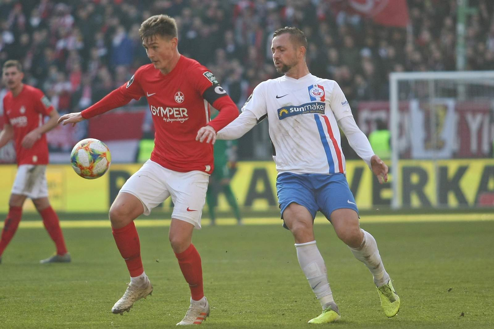 Carlo Sickinger vom FCK gegen John Verhoek von Hansa Rostock