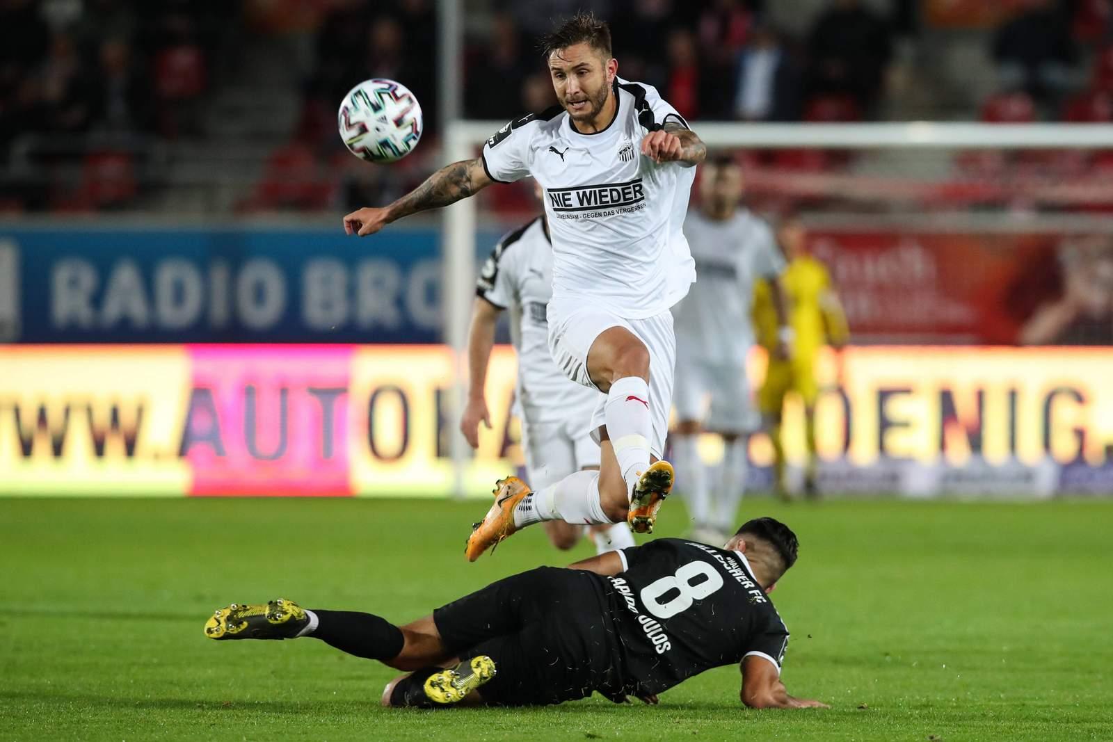 Felix Drinkuth vom FSV Zwickau springt über einen Gegenspieler