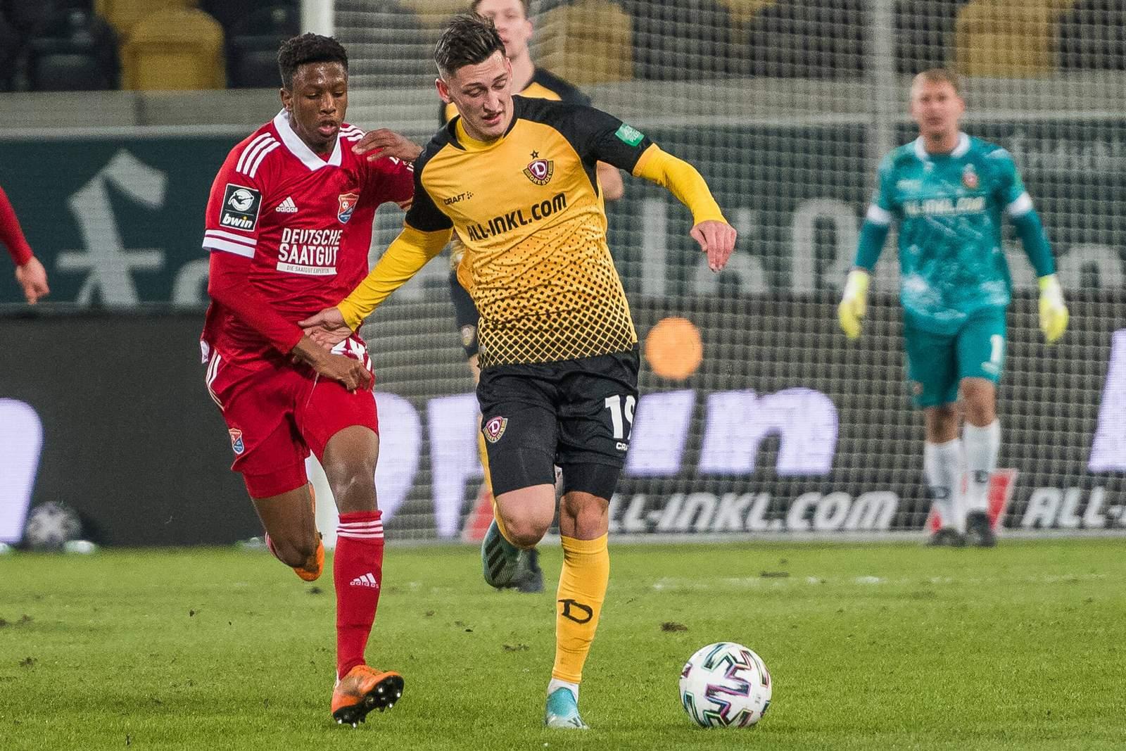 Boipelo Mashigo von der SpVgg Unterhaching gegen Jonathan Meier von Dynamo Dresden