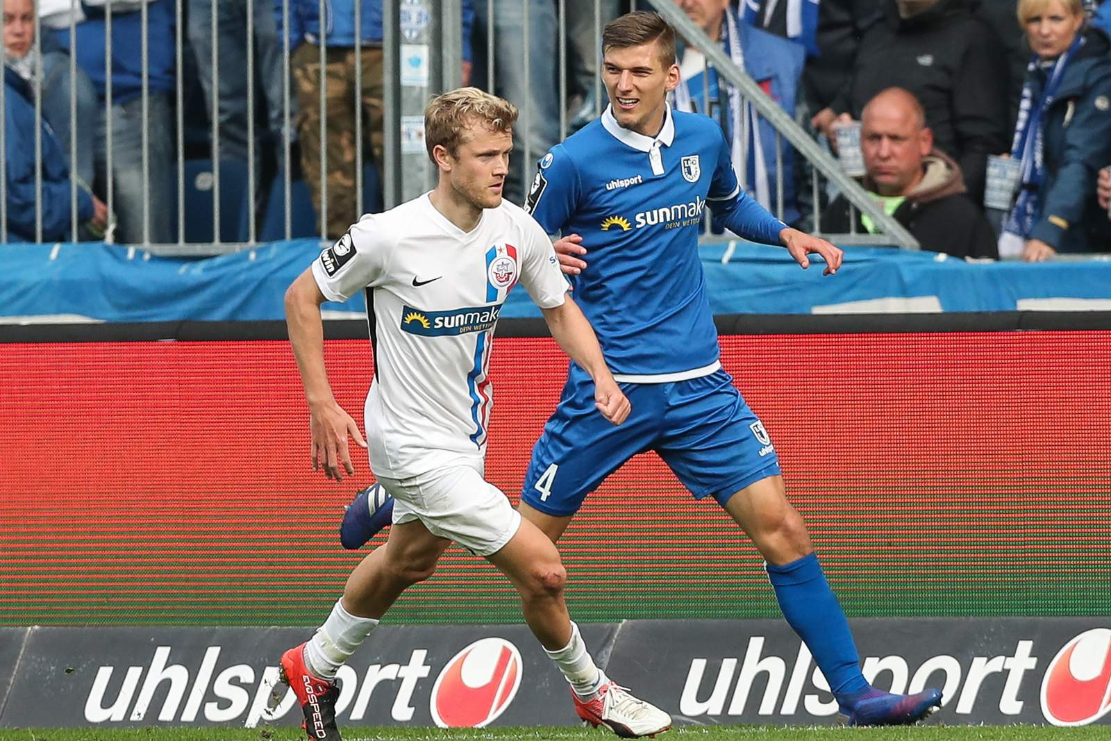 Nik Omladic von Hansa Rostock gegen Brian Koglin vom 1. FC Magdeburg