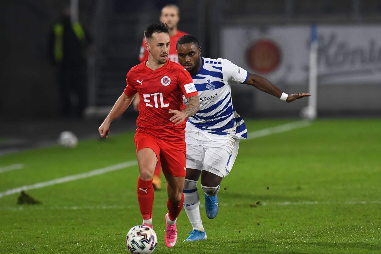 Simon Handle gegen Duisburgs Arnold Budimbu.